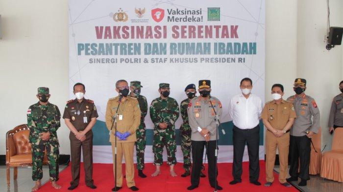 Foto bersama Kapolda Kalbar Irjen Pol Dr. R. Sigid Tri Hardjanto, Gubernur Kalbar H. Sutarmidji, didampingi para Pejabat Utama Polda Kalbar beserta Forkopimda Provinsi Kalbar, Selasa 7 September 2021.