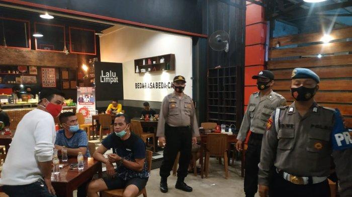 Patroli Malam, Anggota Polres Ketapang Imbau Pengunjung Kafe Patuhi Protokol Kesehatan