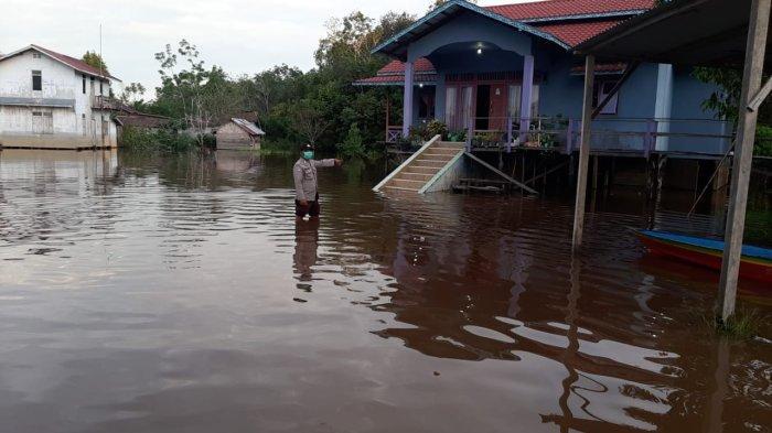 Personel Polsek Ketungau Hilir Sosialisasi Penanggulangan Bencana Banjir kepada Warga