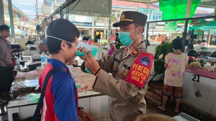 Polsek Nanga Pinoh bersama Tim Yustisi Melawi Melaksanakan Pengawasan PPKM Mikro di Pasar Markasan
