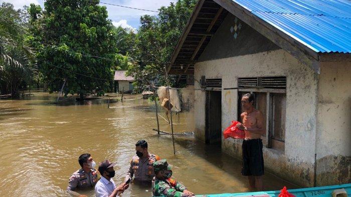 Aksi Heroik Kapolsek Nanga Tayap, Terobos Banjir Kirimkan Bantuan Sembako untuk Warga Pelosok Desa