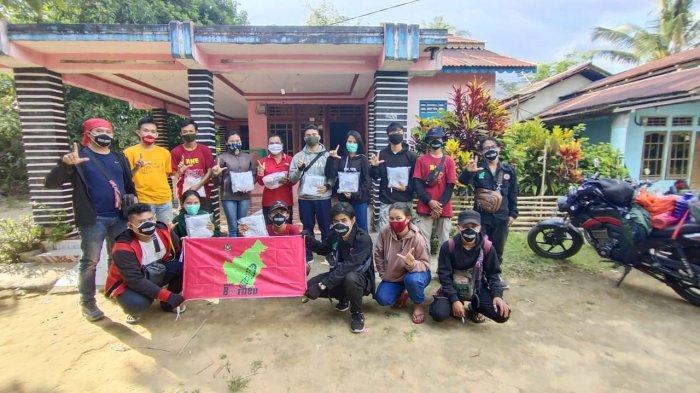 Tim STKIP Pamane Talino Salurkan 500 Masker di Sompak Landak