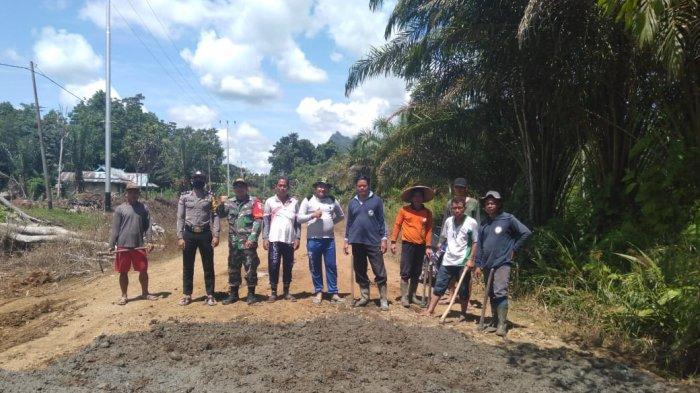 TNI Polri Bantu Masyarakat Kapuas Hulu Timbun Jalan Rusak Secara Swadaya