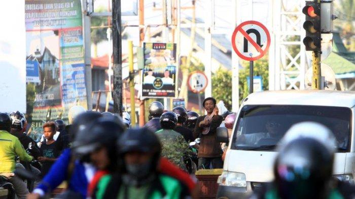 Sejumlah Remaja Ngamen di Traffic Light Kawasan Persimpangan Jalan Tanjung Raya II Pontianak - ngamen_20180903_175425.jpg