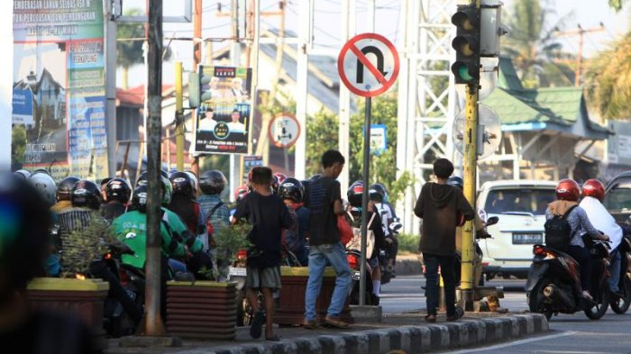 Sejumlah Remaja Ngamen di Traffic Light Kawasan Persimpangan Jalan Tanjung Raya II Pontianak - ngamen_20180903_175525.jpg