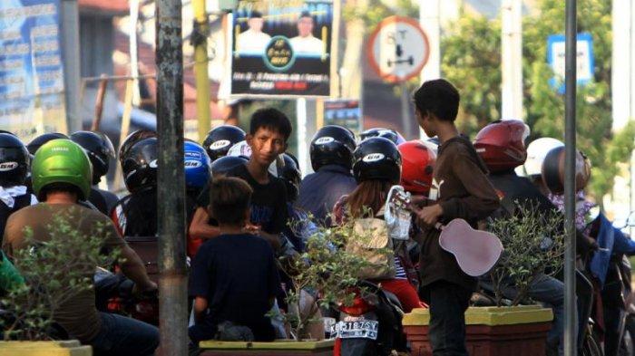Sejumlah Remaja Ngamen di Traffic Light Kawasan Persimpangan Jalan Tanjung Raya II Pontianak - ngamen_20180903_175539.jpg