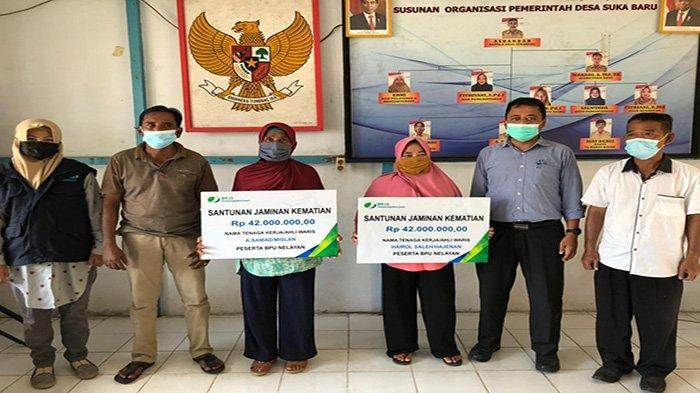 BPJS Ketenagakerjaan Menyerahkan Santunan Kematian untuk Dua Peserta BPU Nelayan