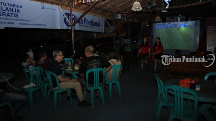 Foto-foto Pesta Bola Tribun Pontianak di Cafe Sentul - nobar-cafe-sentul_20180707_215433.jpg