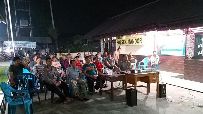 Timanggong dan Kacab BPD Mandor Nobar di Polsek Mandor