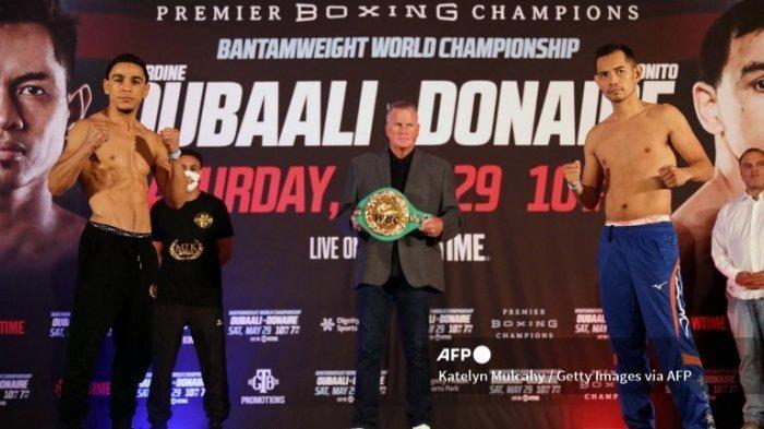 Nordine Oubaali and Nonito Donaire berpose sebelum pertarungan tinju dunia perebutan gelar WBC kelas bantam di Hyatt Regency Los Angeles International Airport hotel, Jumat 28 Mei 2021.