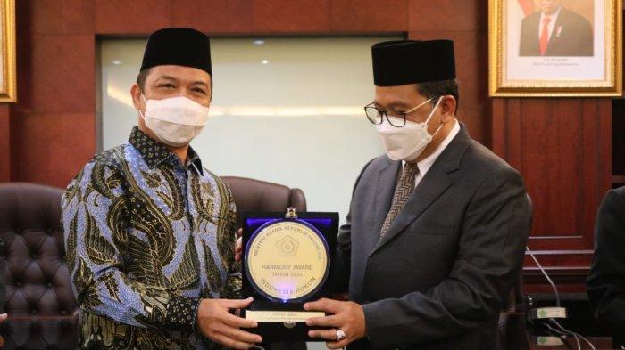 Pemprov Kalbar Terima Harmony Award 2020