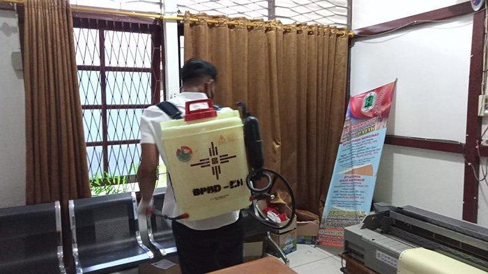 BPBD Kapuas Hulu Semprot Desinfektan Kantor BKD dan SD Karya Budi