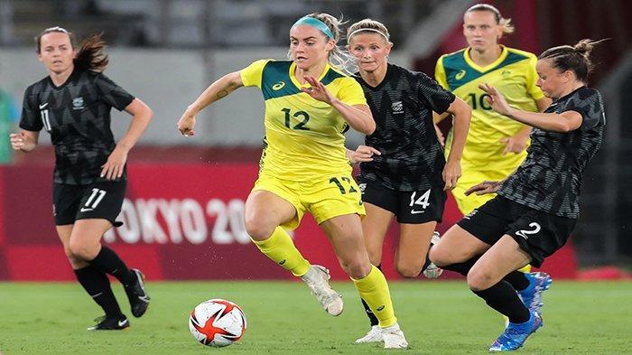 OLIMPIADE - Bek Australia Ellie Carpenter (tengah) dan gelandang Selandia Baru Ria Percival (kanan) dan gelandang Selandia Baru Katie Bowen (Belakang) pada pertandingan sepak bola wanita putaran pertama grup G Olimpiade Tokyo 2020 antara Australia vs Selandia Baru di Stadion Tokyo, Rabu 21 Juli 2021 malam WIB.