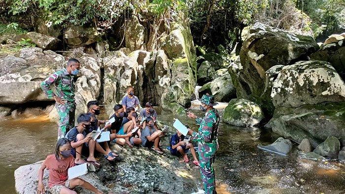 Satgas Pamtas Yonif Mekanis 643/Wns Ajak Anak-anak Perbatasan Belajar Sembari Nikmati Suasana Alam