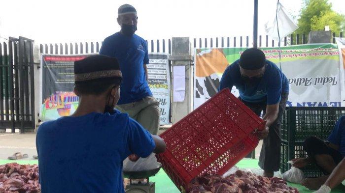 Panitia Kurban Masjid Al Mukhlishin Laksanakan Pemotongan dan Pendistribusian Hewan Kurban