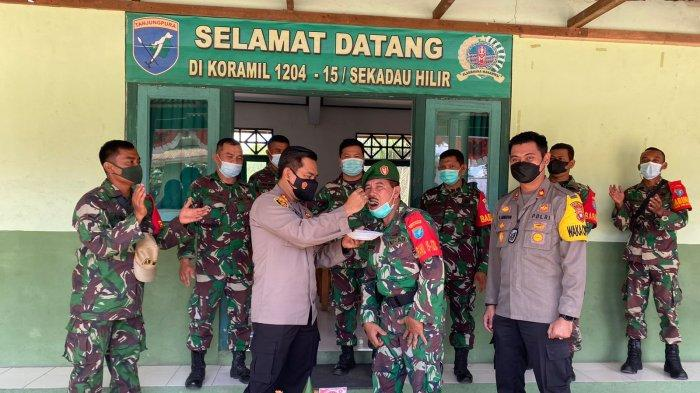 Kapolres Sekadau AKBP K. Tri Panungko didampingi Wakapolres dan Pejabat Utama Polres Sekadau menyampaikan ucapan HUT ke-76 TNI di Koramil Sekadau Hilir, Selasa 5 Oktober 2021.