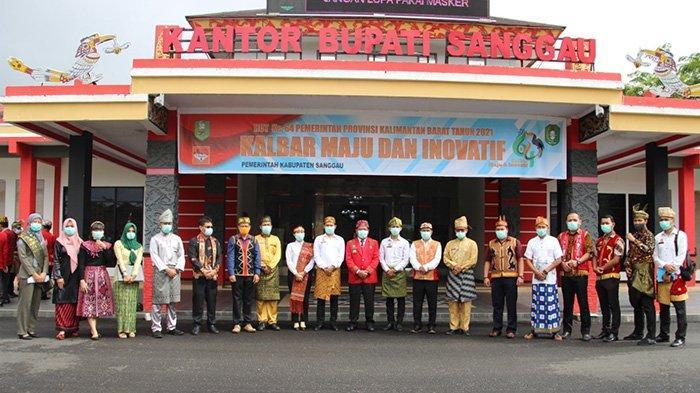 Bupati Sanggau, Paolus Hadi saat foto bersama usai upacara peringatan Hari Ulang Tahun (HUT) Pemerintah Provinsi Kalimantan Barat ke-64 Tahun 2021 di Halaman Kantor Bupati Sanggau, Kamis 28 Januari 2021.