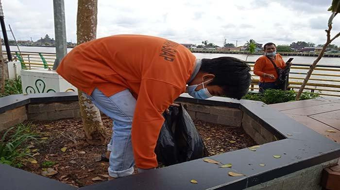 Para Anggota Relawan Siap saat memunguti puntung rokok yang berserakan di kawasan Waterfront Pontianak