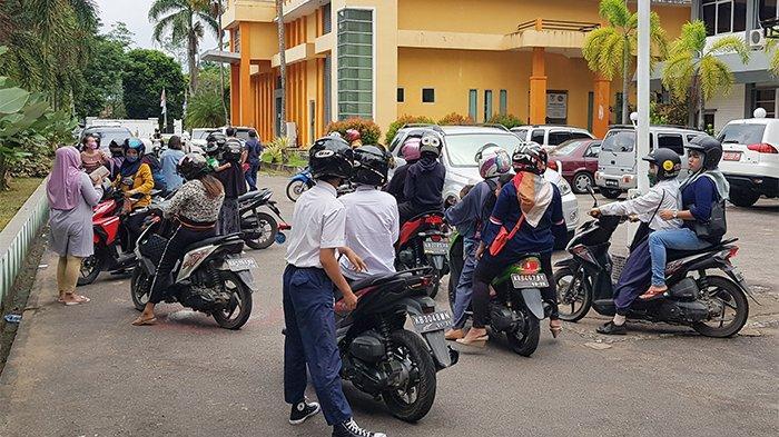 BREAKING NEWS - Datangi Disdikbud Kalbar, Puluhan Orang Tua Protes Hasil PPDB