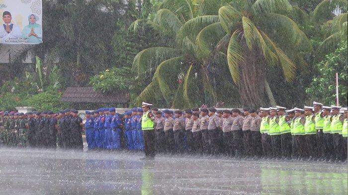 Diguyur Hujan Deras, Peserta Apel Tetap Tidak Beranjak Dari Barisan