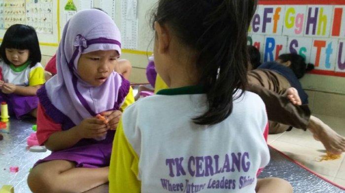 MAIN BERSAMA - Para siswa Taman Kanak-kanak & Playgroup Cerlang Pontianak bermain bersama, Kamis (22/12/2016).