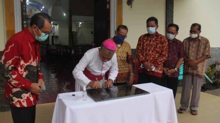 PRASASTI - Uskup Agung Pontianak Mgr Agustinus Agus menandatangani prasasti persemian dan pemberkatan Gereja Stasi Santa Clara Korek, Paroki Santo Fidelis Sungai Ambawang, Sabtu 22 Mei 2021.