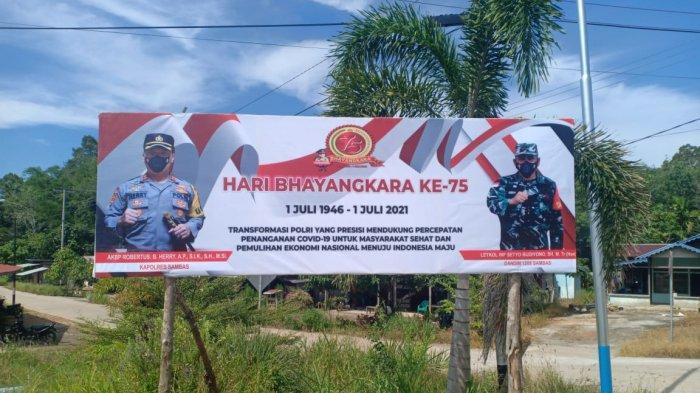 Sambut Hari Bhayangkara ke-75, Polsek Sajingan Besar Pasang Baliho Dirgahayu Bhayangkara