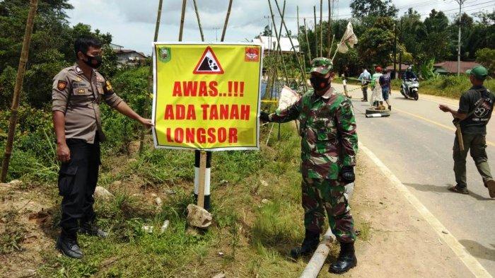 Personel Polsek Tayan Hulu Cek Lokasi Tanah Longsor di Desa Pandan Sembuat, Pasang Banner Peringatan