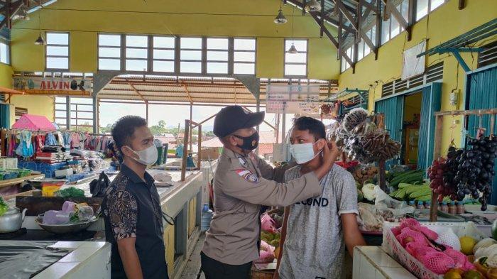 Bhabinkamtibmas turun langsung menyambangi masyarakat dan membagikan masker di Kecamatan Jongkong, Kamis 27 Mei 2021
