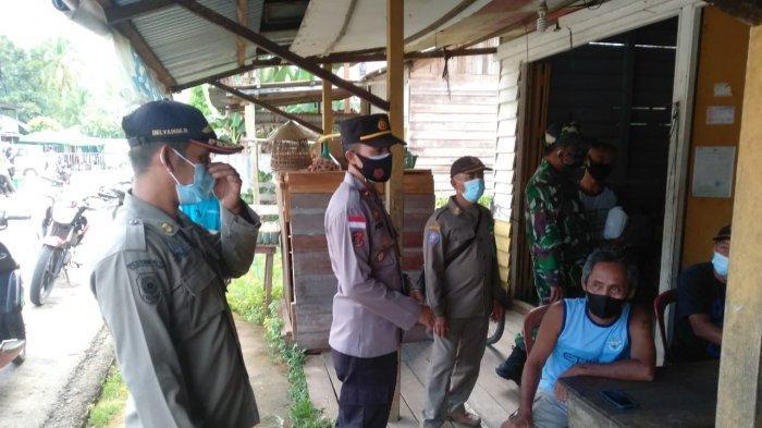 Personel Polsek Batang Lupar Bersama Koramil serta Pol PP Gelar Razia Masker di Pasar Lanjak