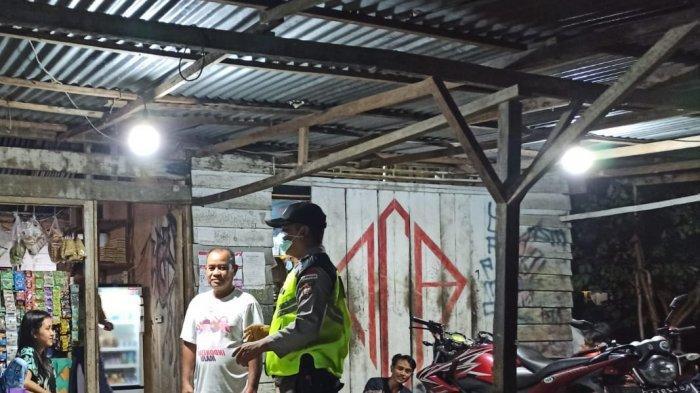 Gelar Patroli Malam, Personel Polsek Monterado datangi Tempat Keraiaman di Pasar Desa Monterado
