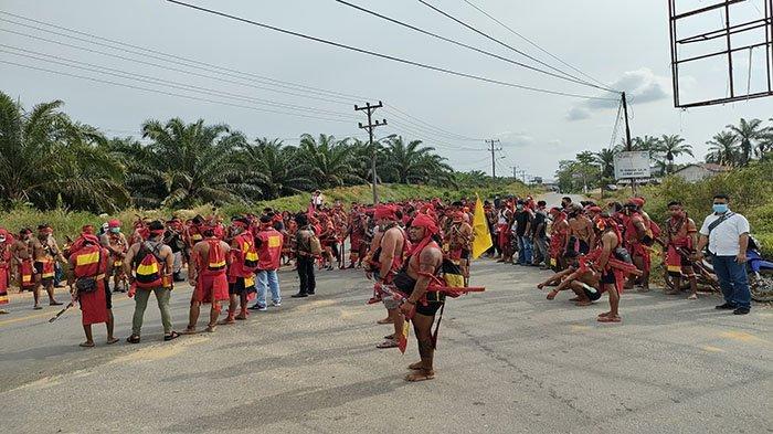 Pasukan Merah DPC TBBR Landak saat melaksanakan Orasi Aksi Damai pada Rabu 3 Maret 2021.