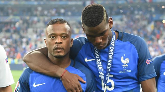 [FOTO-FOTO] Ketika Sedih Melanda Para Bintang Sepakbola Prancis - patrick-evra-dan-paul-pogba_20160711_160918.jpg
