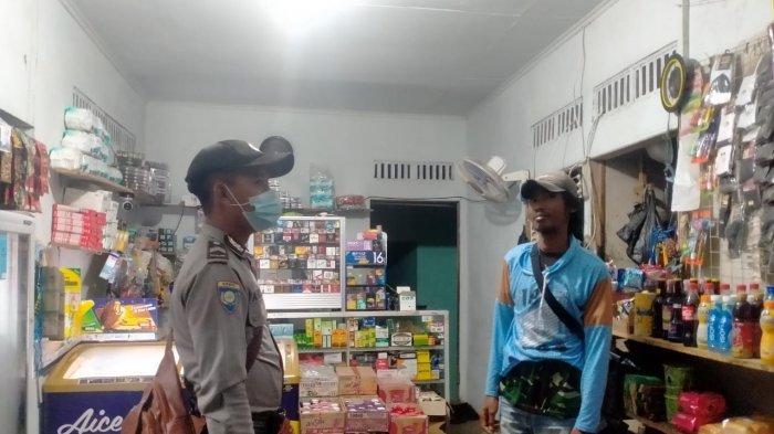 Patroli Malam Personel Polsek Monterado Sampaikan Prokes kepada Warga