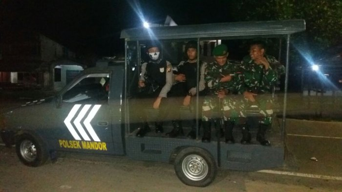 Personel Gabungan TNI-Polri Sambangi Desa di Kecamatan Mandor
