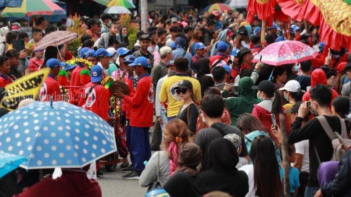 FOTO: Masyarakat Menyaksikan Pawai Naga Cap Go Meh Pontianak - pawai-naga-cap-go-meh-2571-pontianak-3.jpg