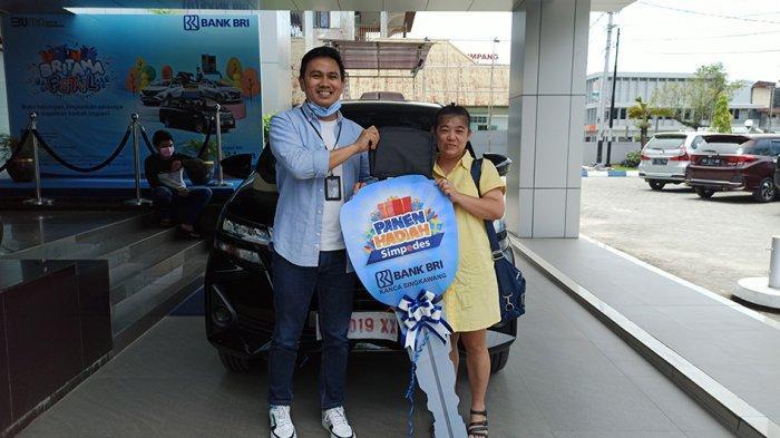 Foto bersama dengan nasabah pemenang hadiah 1 unit  mobil Avanza 1.3 E-M