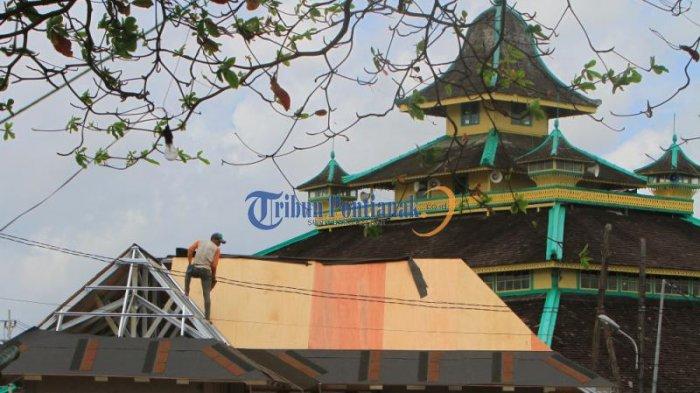 Menarik Wisatawan, Masjid Jami Pontianak akan Dibangun Plaza - pekerja-membangun-plaza_20161227_202635.jpg