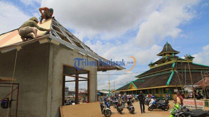 Menarik Wisatawan, Masjid Jami Pontianak akan Dibangun Plaza - pekerja-membangun_20161227_202538.jpg