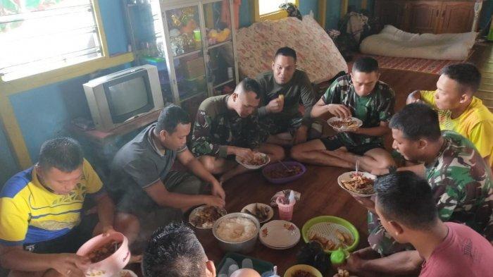 Menjalin Keakraban Warga dan Satgas TMMD Makan Bersama