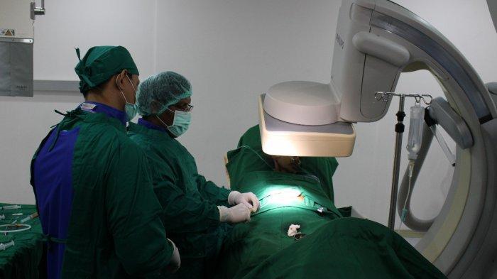 Pelaksanaan prosedur Percutaneous Coronary Intervention (PCI).
