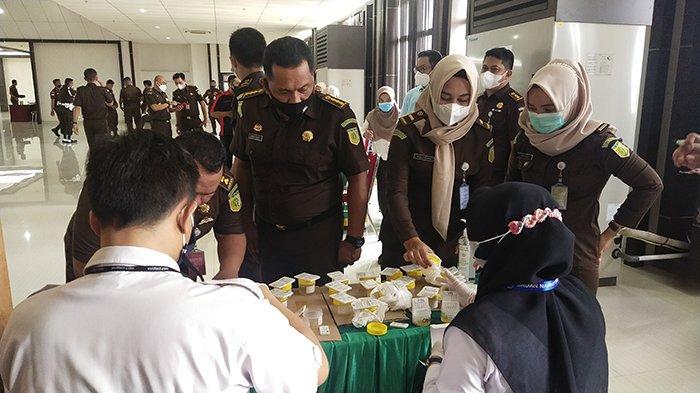 Kejaksaan Tinggi Kalbar Laksanakan Tes Urin Dadakan ke Seluruh Pegawai