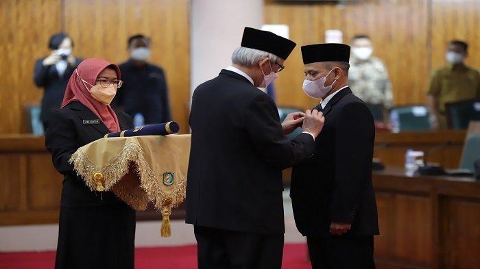 Rasmidi Diambil Sumpah Jadi Anggota DPRD Kalbar, Pimpinan DPRD Gelar Paripurna PAW - pelantikan-paw-anggota-dprd-dari-partai-demokrat-rasmidi-yang-menggantikan-masdar-2.jpg