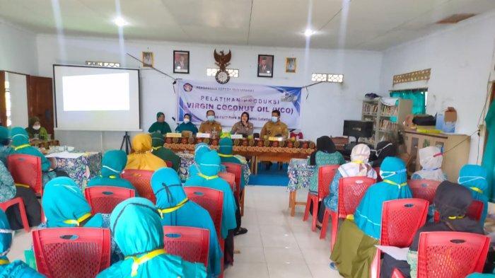 Hadiri Pelatihan VCO, Kapolsek Pemangkat Ingatkan Ibu-ibu Protokol Kesehatan