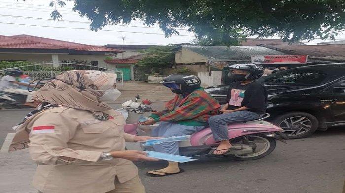 Pelintas antusias menerima masker yang dibagikan LO Pontianak.