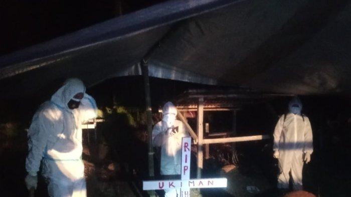 Kapolsek Sanggau Ledo Lakukan Pengamanan Proses Pemakaman Jenazah Terkonfirmasi Covid-19