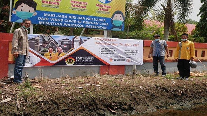 Tim PMB Universtitas Panca Bakti (UPB) Pontianak melakukan kunjungan dan pemasangan banner di tiga sekolah, Selasa 23 Februari 2021.