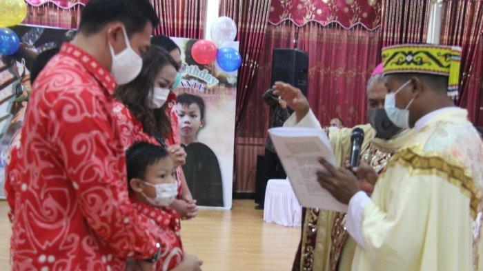 PEMBERKATAN - Uskup Agung Pontianak Mgr Agustinus Agus memberkati Rizzerio Dante, putra ketiga pasangan Fransiskus Diaan SH dan Angeline Fremalco, yang merayakan ulang tahun ketujuh.