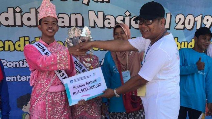 Gebyar Hardiknas 2019, UPT Kemendikbud Balai Bahasa Kalbar Gelar Pawai Literasi & Jalan Sehat - pemenang-busana-terbaikmenarik-man-03-pontianak.jpg