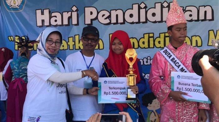 Gebyar Hardiknas 2019, UPT Kemendikbud Balai Bahasa Kalbar Gelar Pawai Literasi & Jalan Sehat - pemenang-kategori-terkompak-smpn-03-pontianak.jpg